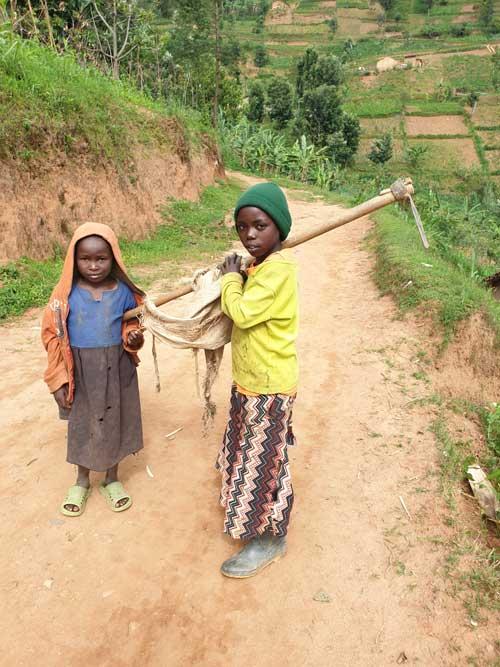 Des enfants qui pratiquent l'agriculture très jeunes dans le district de Nyamasheke