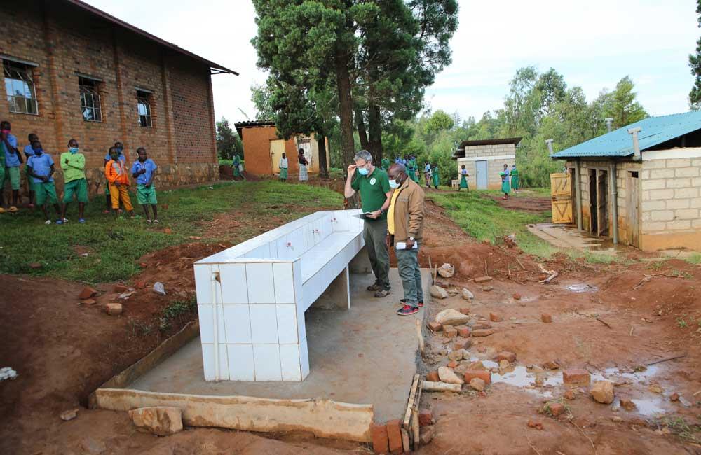 Les lavabos collectifs et les latrines en arrière plan